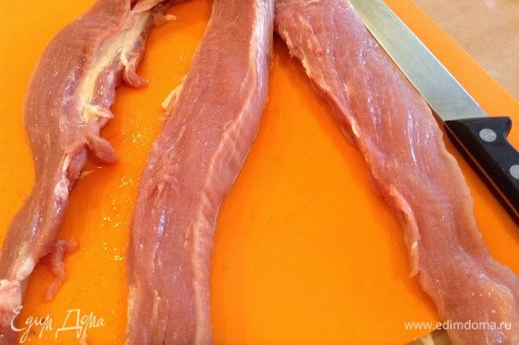 Разрезать мясо на три полоски не дорезая до самого конца.