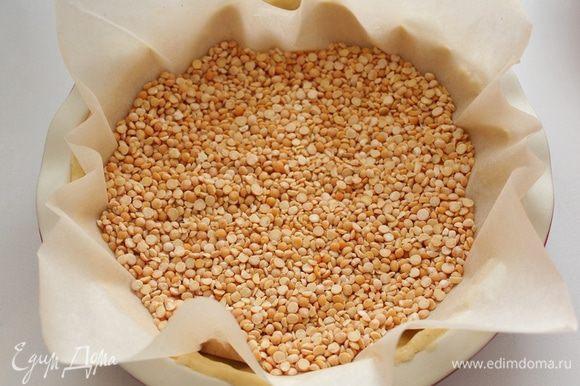 Через час поставить форму в печь, поместив на бумагу для выпечки горох (фасоль и т.д), выпекать 5 мин с грузом и 5 мин без груза.