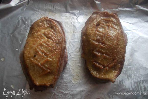Обжарить на раскаленной сковороде, с обеих сторон. Сразу обжаривать, со стороны кожи, затем с другой стороны. Отправить в духовку на 12 минут. После этого вынуть грудку из духовки и завернуть в фольгу, оставить отдыхать на 15 минут.