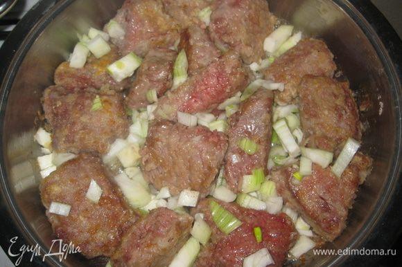 Разогреть в сковороде растительное масло, положить кусочки мяса и обжарить со всех сторон до образования корочки. Добавить мелко нарезаный лук и все слегка подрумянить.