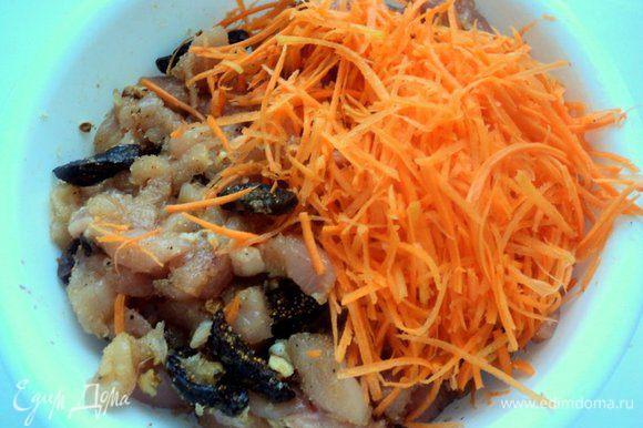 Морковь натереть на терке для корейской морковки, добавить к мясу.