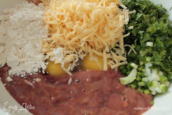 """Добавить муку и натертый на крупной терке сыр (в моем случае """"Российский""""), добавить по вкусу соль и перец."""
