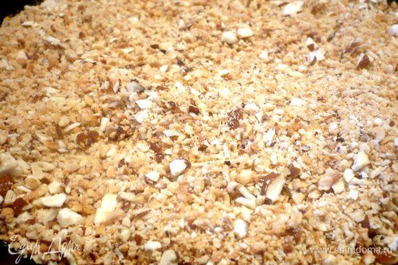 Для начинки в блендере измельчаем печенье, орехи. Белки отделяем от желтков. Печенье и орехи поджариваем на сковороде без масла, добавляем сахар, перемешиваем, даем ему за несколько минут раствориться на небольшом огне. Пересыпаем начинку в емкость, вводим мягкое масло, перемешиваем, вводим белки и сразу перемешиваем. Сливочное масло для штруделя растопим.