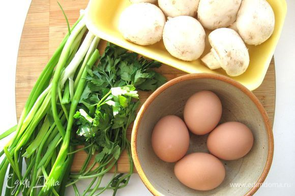 Приготовить ингредиенты для начинки. 4 яйца отварить вкрутую.
