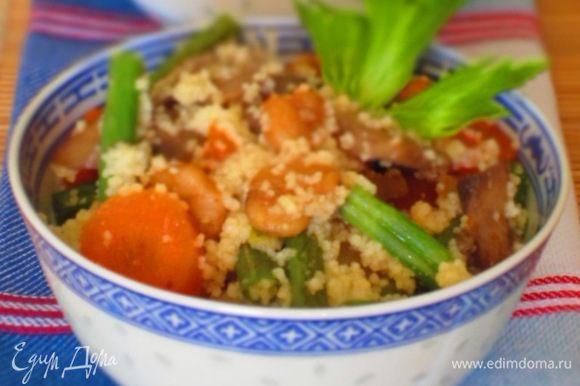 Кускус отварить согласно инструкции на упаковке, добавить к овощам и хорошо перемешать. Сверху выложить креветки и подавать. Приятного аппетита:)