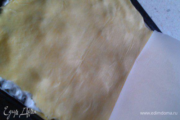 На 2 листе пергамента раскатываем 2 часть теста, аккуратно переносим обратной стороной на белковую массу и снимаем пергамент. Таким образом раскатать оставшиеся части теста промазанные начинкой.