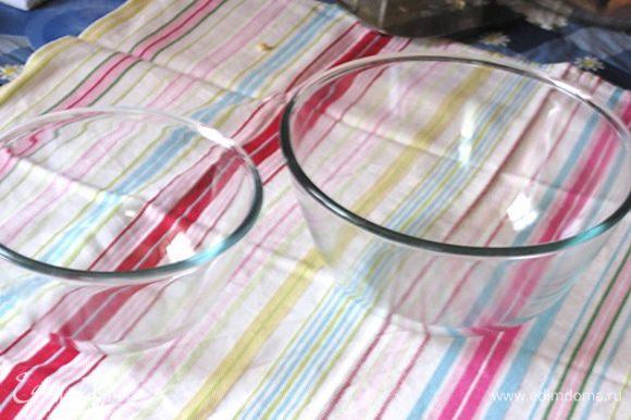 Для приготовления снеговика я использовала стеклянные круглые миски (объемом 1,0 и 1,7 л).