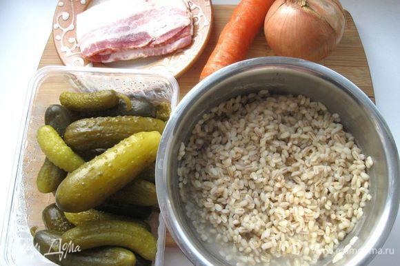 Лук (1 шт.) и морковь (1 шт.) очистить. Положить мясо в кастрюлю, туда же отправить лук, лавровый лист, морковь, перец, корень сельдерея, налить холодной воды, довести до кипения на сильном огне, снять пену, огонь убавить и варить 1 час. Если имеется корень петрушки, его тоже можно добавить. Перловую крупу промыть, положить в кастрюлю, залить кипятком. Прикрыть крышкой и варить в кастрюле с толстым дном на слабом огне 30 минут. Перловую крупу слить с помощью дуршлага.