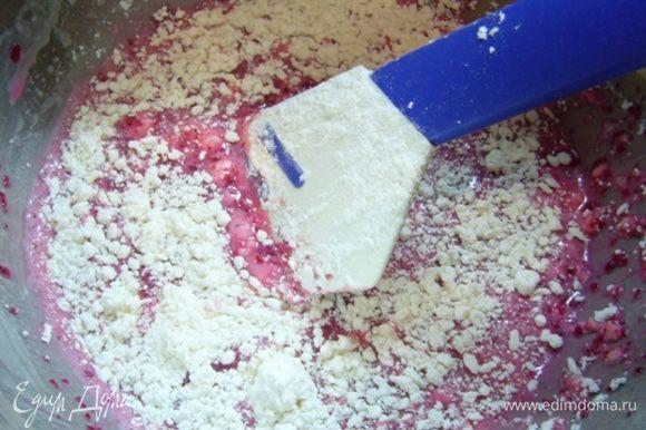 Добавляем свекольное пюре, перемешиваем. Постепенно в жидкую массу добавляем мучную смесь, быстро перемешиваем, чтобы все сухие ингредиенты пропитались влагой.