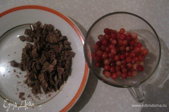 Шоколад нарезать кубиками 0,5 *0,5 см. Подготовить бруснику.