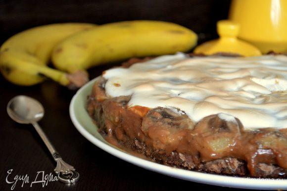 Тарт хорош и теплым и охлажденным. Он прекрасно хранится в холодильнике! Очень вкусно с крепким кофе)