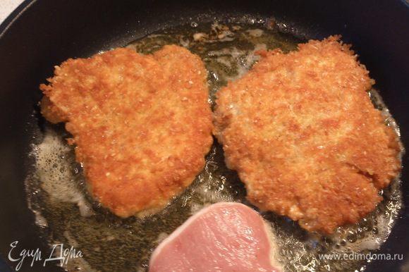Обжарить мясо в хорошо разогретом масле по 7-8 минут с каждой стороны.