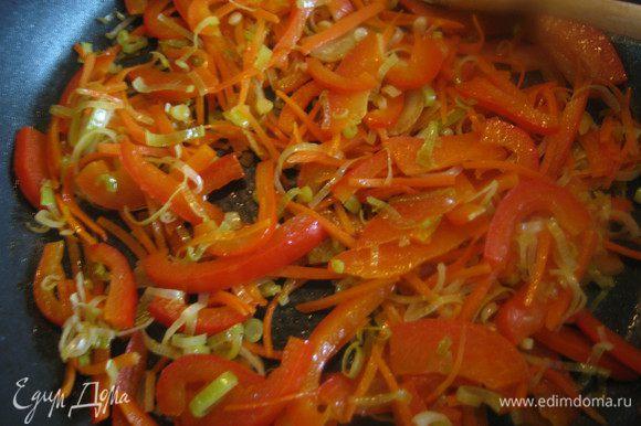 Овощи обжарить с 2-мя ст. л. оливкового масла до полуготовности