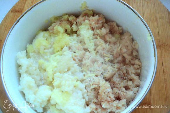 К измельченному филе белой рыбы добавить пюрированный рис, натертый на мелкой терке лук, 50 мл сливок, соль, перец по вкусу, хорошо перемешать.