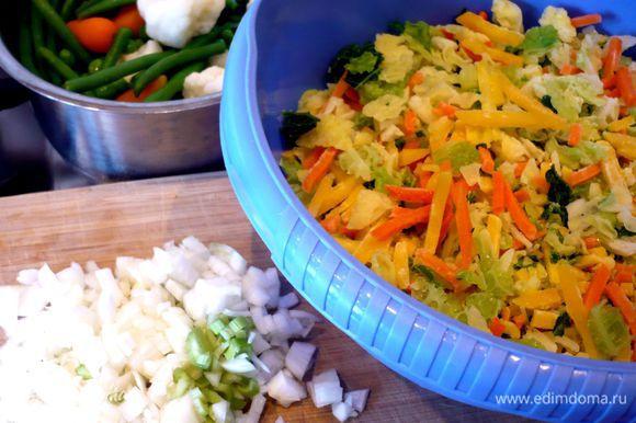 Все овощи почистим и порежем мелко, цветную капусту разделим на соцветия. Признаюсь, что я, чтобы сэкономить время, почти все овощи использовала замороженные, просто разморозила их предварительно. Картофель порежем крупно. Лук и сельдерей порежем мелко.