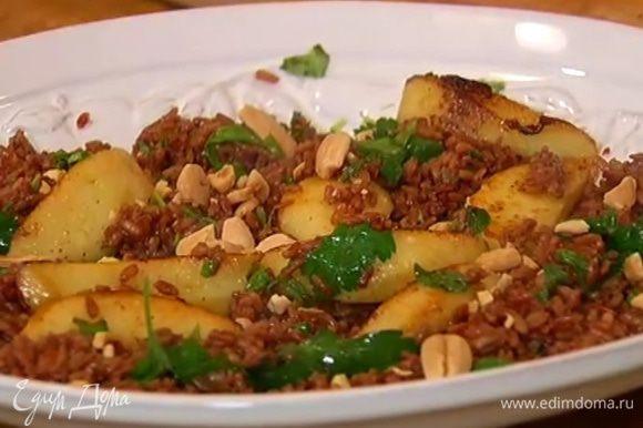 Сверху разложить закарамелизированные яблоки, посыпать салат орехами.