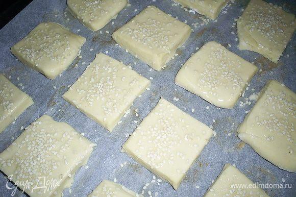 Выкладываем печеньки на противень, застеленный пергаментом. Смазываем слегка взбитым белком и посыпаем кунжутом. Отправляем в предварительно разогретую до 180-190 градусов духовку, где наши печеньки проведут примерно 20 минут. Они должны приобрести приятный золотистый цвет и сильно вырасти в высоту.