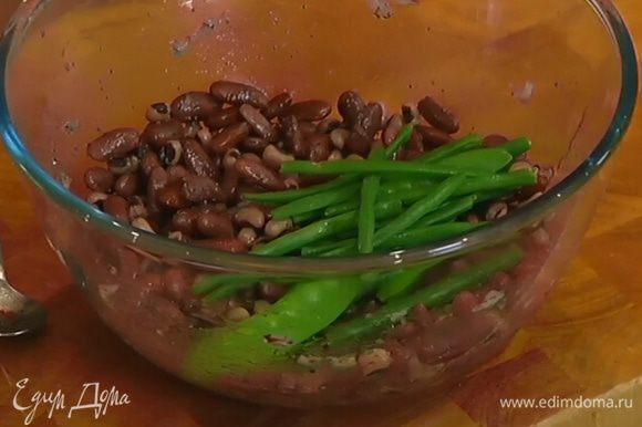 Зеленые стручки фасоли добавить в фасоль с заправкой, все перемешать.