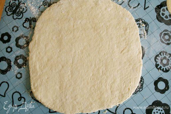 Раскатать тесто в прямоугольник. Припылить немного поверхность мукой.