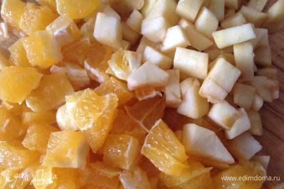 Апельсин и яблоко очистить, порезать на небольшие кубики.
