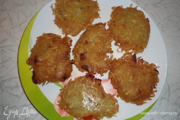 Разогреть в сковороде растительное масло. Картофельную массу выкладывать столовой ложкой на сковороду, слегка утрамбовать и обжарить с двух сторон до образования румяной корочки.