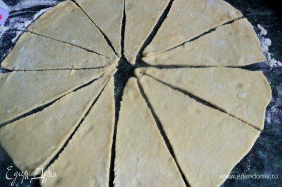 Приготовленное тесто разрезать на 4 куска и каждый кусок раскатать тонким слоем и нарезать длинными треугольниками.