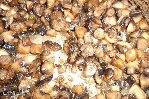 Лук очистить, нарезать кубиками. Шампиньоны порезать. В сковороде разогреть растительное масло, обжарить грибы с луком, посолив и поперчив.