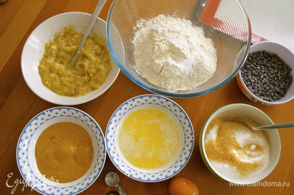 Подготовить все ингредиенты для печенья. В одной миске смешать муку, пищевую соду и соль, перемешать. Сливочное масло и арахисовое масло растопить и отсудить. Хочу сказать в отношении арахисового масла; его лучше растопить в микроволновке или на водяной бане, помешивая..., так как оно может пригорать. Бананы раздавить вилкой. Духовку включить разогреваться на 170 С.