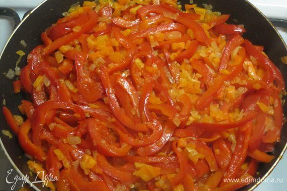 Затем добавить нарезанный перец. Обжарить вместе с луком и морковью.
