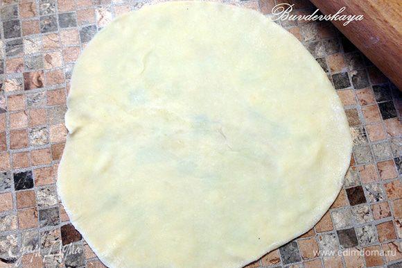 5. Выложить тесто на слегка присыпанный мукой стол, скатать толстую колбаску и разрезать на 10-12 частей. Раскатать скалкой каждый кусочек в тонкую лепешку диаметром примерно 15 см.