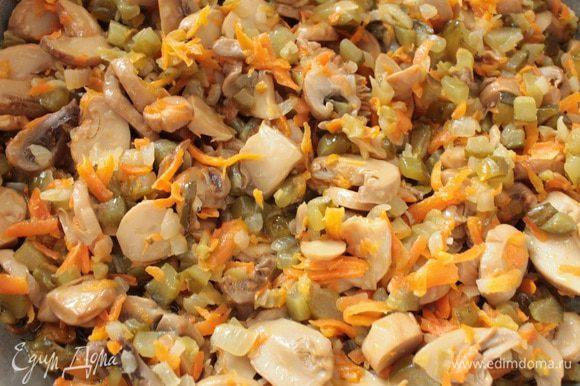 Приготовить заправку: в сковороде с растительным маслом на небольшом огне сначала обжарить репчатый лук до прозрачности, добавить морковь, перемешать и обжарить 5 минут, затем добавить огурцы и грибы, помешивая обжаривать до полного испарения жидкости, добавить лук-порей, перемешать и прогреть 1 минуту, выключить огонь, сковороду накрыть крышкой.