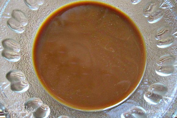 Сварить кофе. Перелить в пиалу, добавить сахар и молоко.