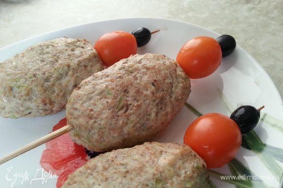 Оформляем помидорчиками черри и маслинами.
