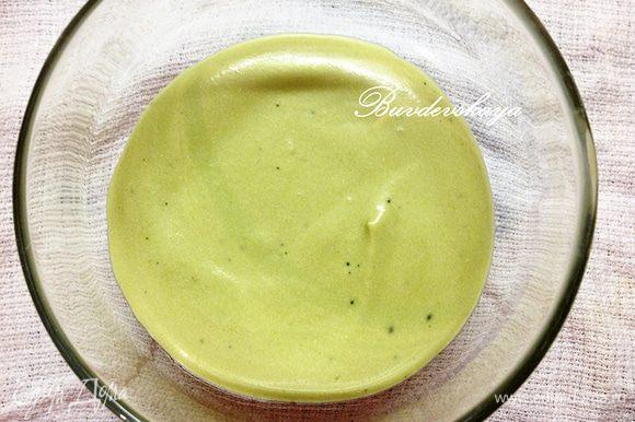 На дно креманок (или в одну большую форму) выложите немного крема.