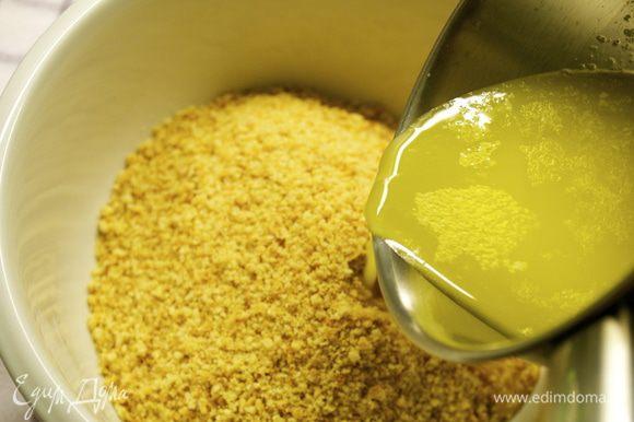 Сливочное масло растопить и добавить к крошке печенья вместе с щепоткой соли (или использовать солоноватое масло!). Перемешать.