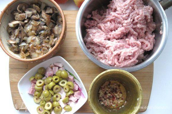 Прокрутить мякоть курицы через мясорубку. В фарш добавить оливки, перец с солью и чесноком, яблоки, грудинку, грибы с луком, петрушку.