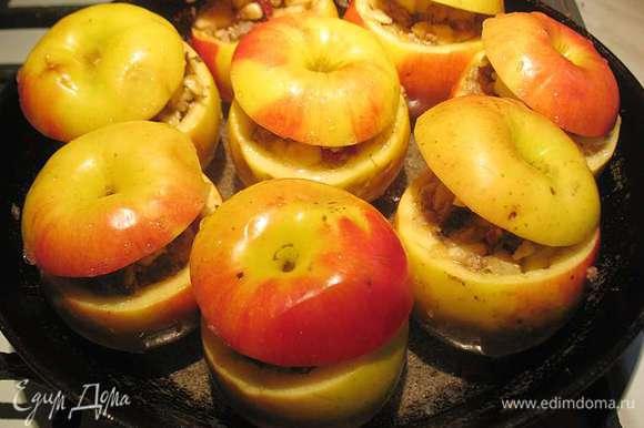 Подготовленные яблоки полить белым вином и запекать в предварительно разогретой 200 градусов духовке 25 минут. Периодически поливая образовавшимся соусом.