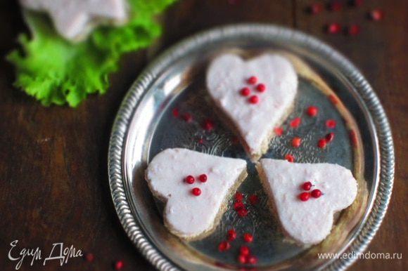 Выложить мусс на хлеб,украсить розовым перцем и подавать. Приятного и романтичного вам!!