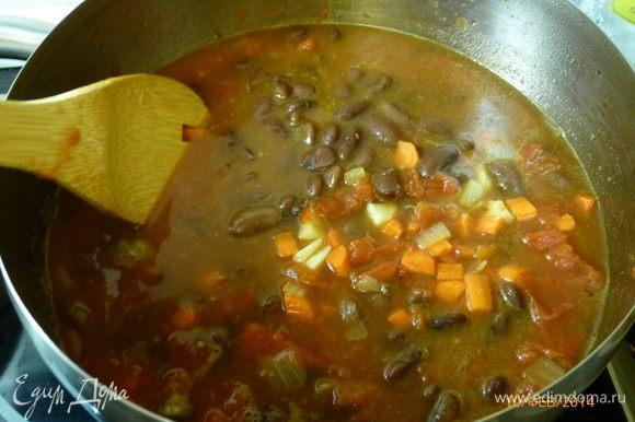 Вливаем овощной бульон, добавляем вареную фасоль и рубленные помидоры. Готовим на среднем огне 30 минут, фасоль должна развариться.