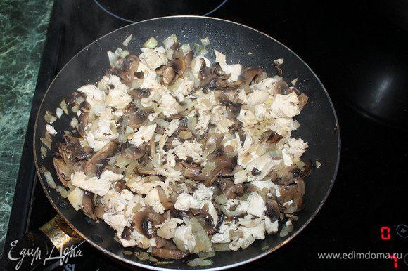 Далее берем куриную грудку, заранее сваренную до полуготовности. Её нужно порезать на небольшие кубики и добавить на сковороду. Все перемешать. Жарить до появления золотистого цвета на грибах, луке. Поставить воду на спагетти.