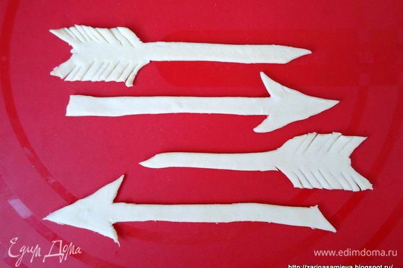 Из остатков теста вырезать стрелы, можно половинками, т.к. при оформлении волованов, нам все равно их надо будет разрезать пополам.