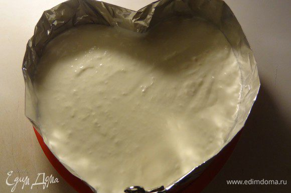 На одну половину бисквита выложим 2/3 крема, затем накроем второй половиной, сверху которой распределим остаток крема. Крем получается густой, видно, что уже схватывается прямо на глазах. Поставим наш торт в холодильник на ночь.