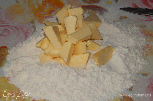 Муку смешать с разрыхлителем, добавить холодное масло (или кусочками или потереть). Муки может потребоваться больше, тесто должно не липнуть к рукам.