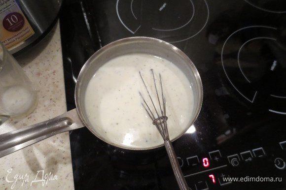 Готовим соус Бешамель. В кастрюльке растопить сливочное масло, постепенно добавить туда муку, мешая венчиком, чтобы не было комочков. Затем также постепенно ввести молоко. Не перестаем работать венчиком! Солим, перчим, добавляем сушеную зелень и мешаем, мешаем, мешаем, пока соус не загустеет до нужной Вам консистенции.