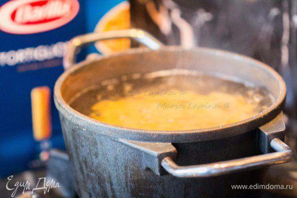 Отварить пасту в подсоленной воде согласно инструкции. В моем случае 12 минут. Сильно пасту не солите, поскольку в рецепте присутствует соленый бекон и фета.