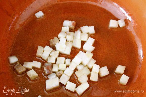 Сало мелко порезать кубиками и положить в сковороду с оливковым маслом слегка обжариться.