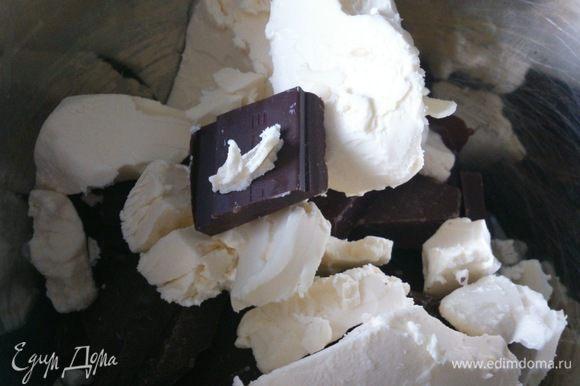 Шоколад и масло растопить на водяной бане и слегка остудить. Добавить ваниль.