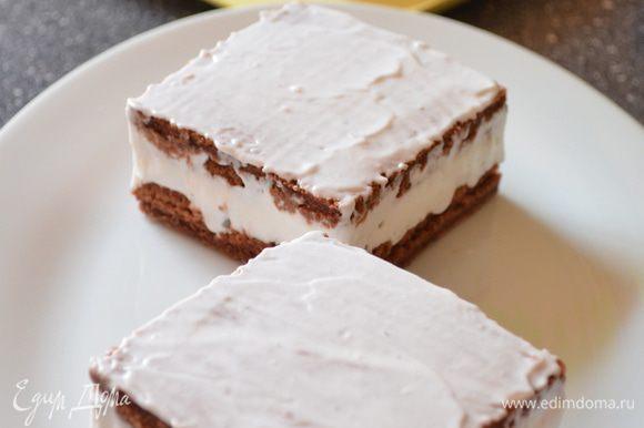 Освобождаем пироженки от форм и смазываем верх муссом.