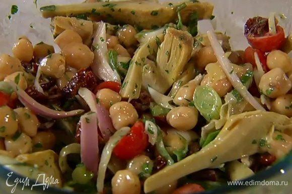 Полить салат заправкой, перемешать и выложить на блюдо.