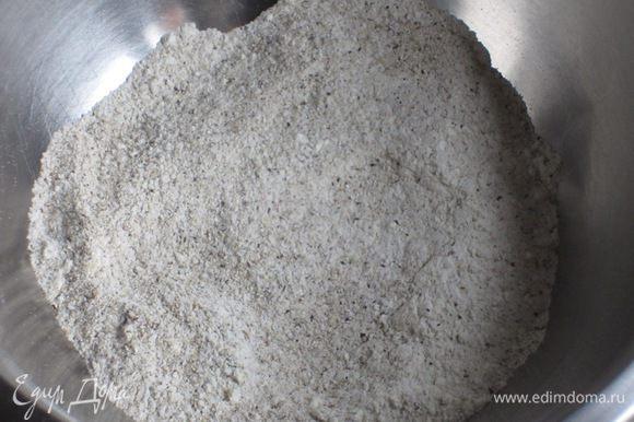 Блинчики: Пшеничную муку просеять и соединить с гречневой мукой и солью.